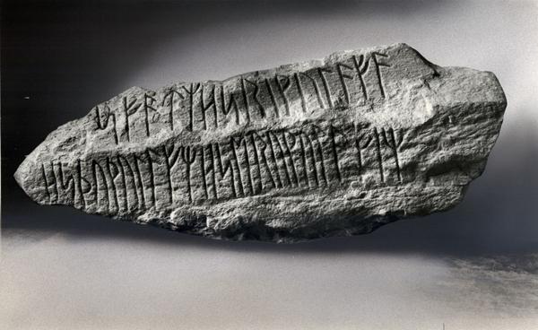 Vikingetiden  Akt  Diskuter  Istaby runesten DMR 6735 1200  nat mus