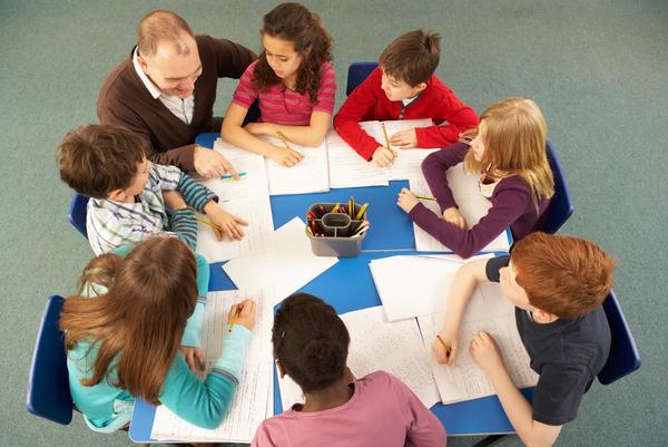 skoleboern og laerer ved bord  Monkey Business Images  Shutterstock